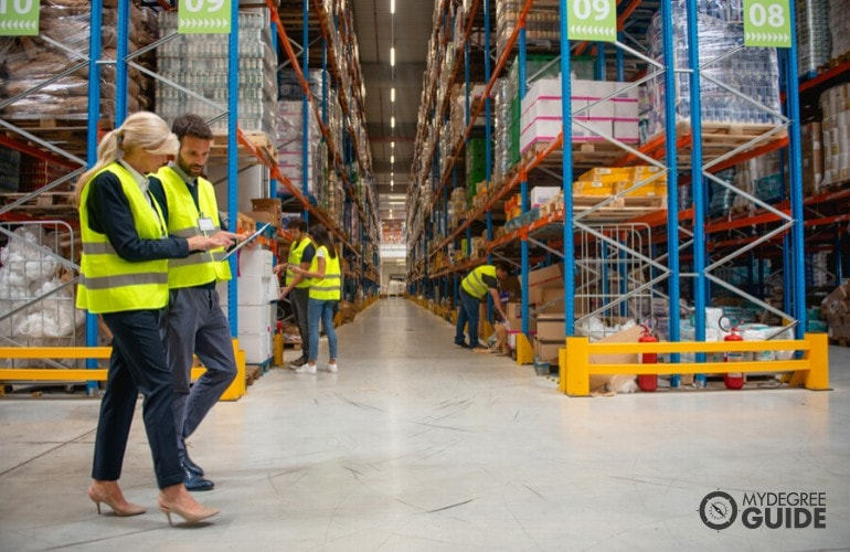 manager talking to a worker in a warehouse