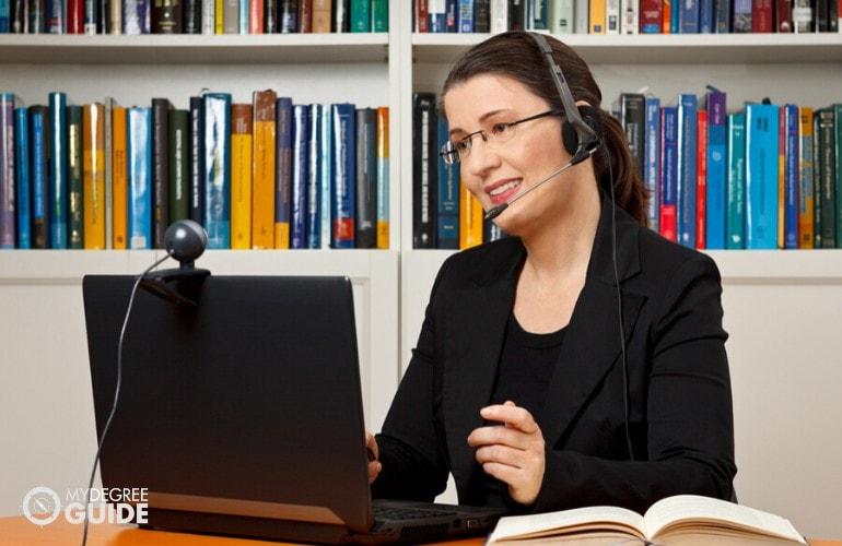 online teacher teaching her students online