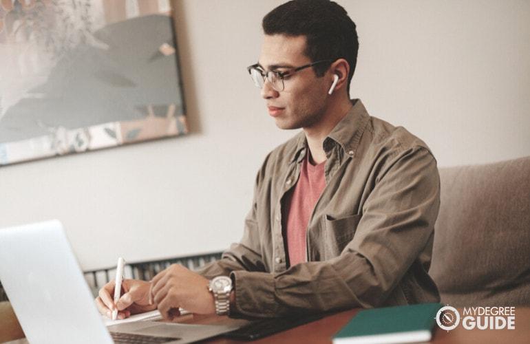 Associates Degree in Social Work Online