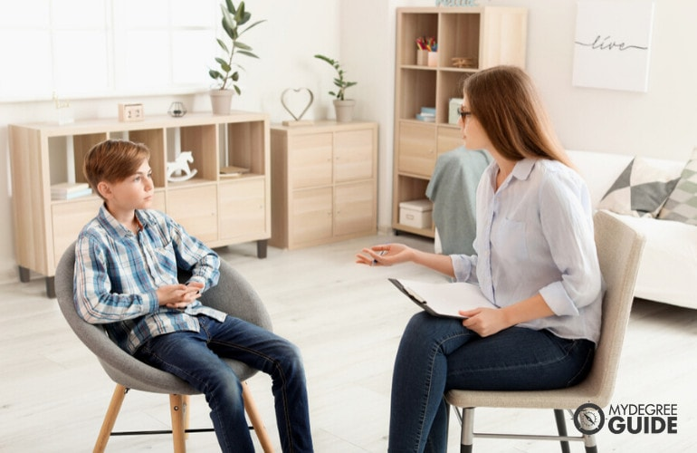 forensic psychologist interviewing a child