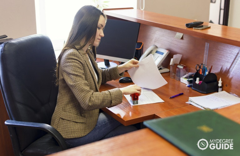 paralegal vs legal secretaries